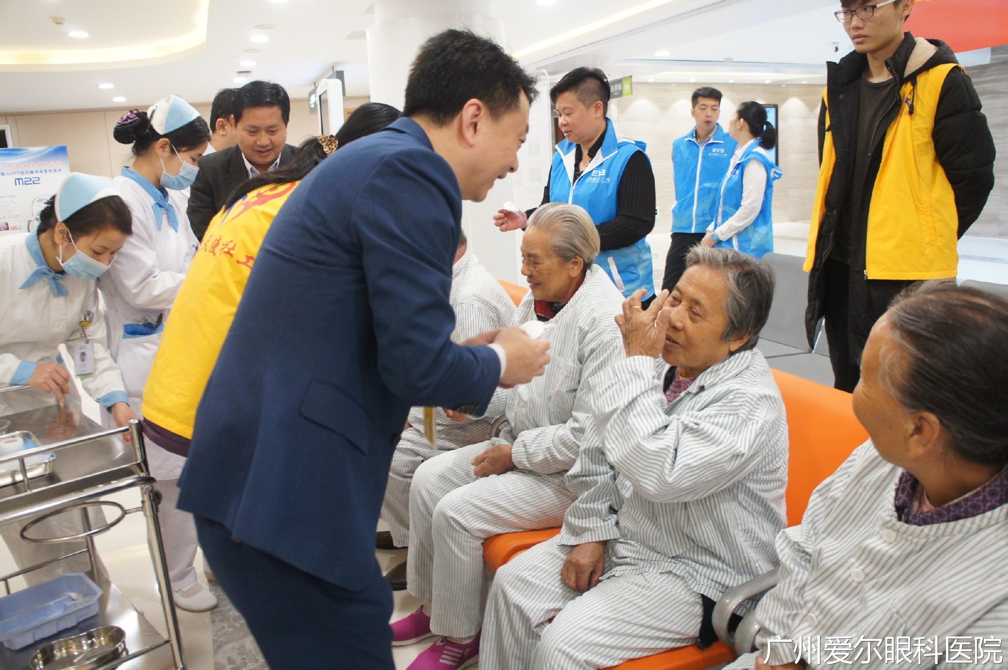 高平先生、武哲明主任、杨绍茂先生与区泳璋女士为患者揭开纱布