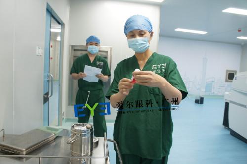 广州爱尔眼科晏艳霜主任(右)对角膜供体进行确认