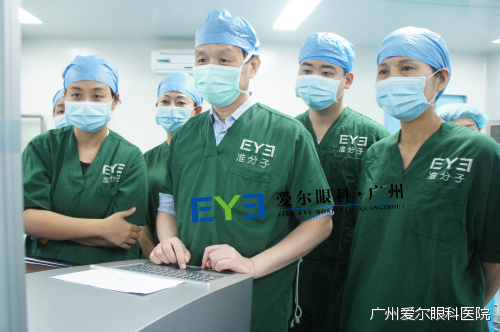 广州爱尔眼科医院院长:王铮教授(前中)和眼表角膜病中心:晏艳霜主任(右一)
