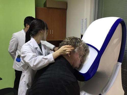 (我院眼底科团队用欧堡广角激光眼底照相系统,为Harvey检查真实眼底情况)