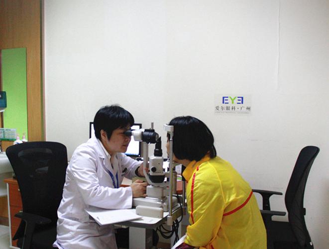 (张静琳主任在为其他患者检查眼睛)
