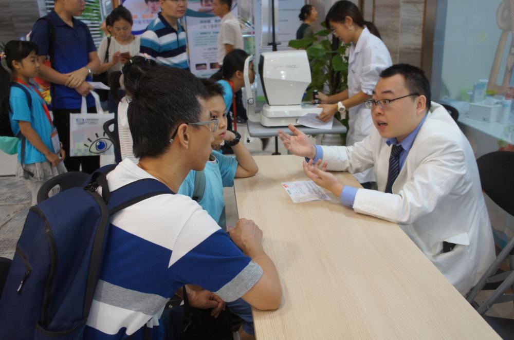 视力检查后,现场眼科医生面对面问诊答疑