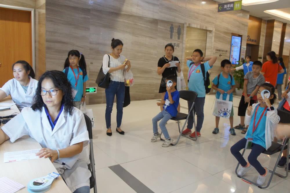 知识课堂开始前,工作人员在为小记者们进行视力检查